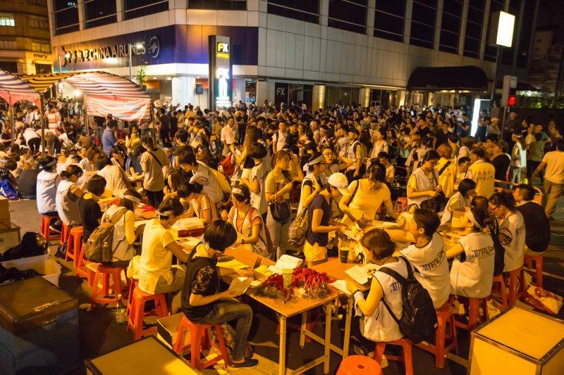華航空服員24日晚間聚集於南京東路台北分公司門口罷工抗議,空服員現場繳交員工證、護照、台胞證,預計3天將會收到1500份證件。(顏麟宇攝)