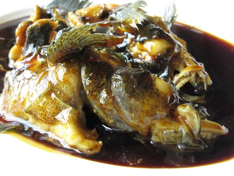 魚愈新鮮,蒸好的模樣愈難看,皮開肉綻,魚眼爆出。(圖/皇冠文化提供)