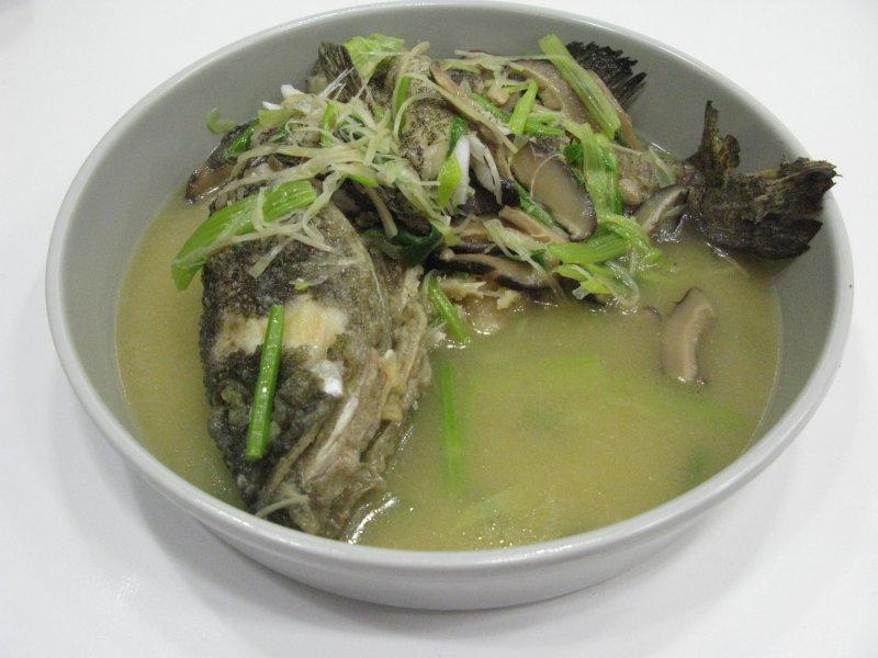 飯店年菜海上鮮,拎回家必須再回蒸,算一算這條魚最少死三次。(圖/皇冠文化提供)