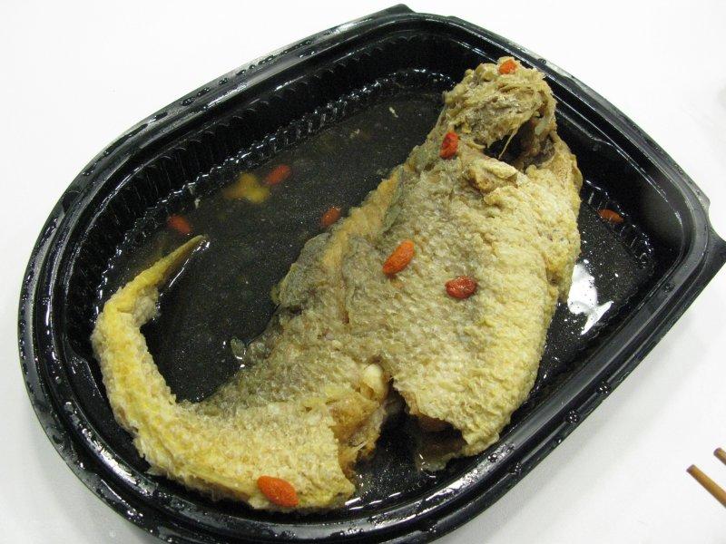 飯店年菜醉黃魚被折成魚躍龍門的形狀。(圖/皇冠文化提供)