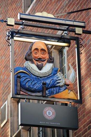 英國大文豪莎士比亞的立體招牌是醒目的指標。(圖/太雅出版提供)