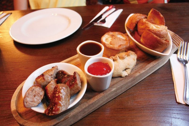 點份酒吧拼盤,就能嘗到經典久吧食物的迷你綜合版。(圖/太雅出版提供)