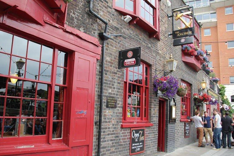遠遠就能看見酒吧的船錨招牌和醒目的紅色門窗。(圖/太雅出版提供)