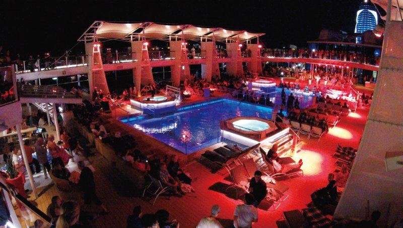 Celebrity郵輪特別把晚上的show搬到頂層甲板表演。(圖/太雅文化提供)