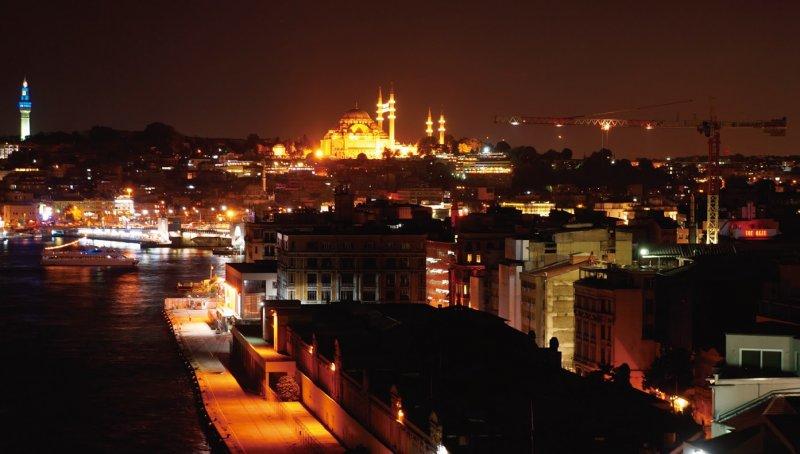 郵輪停靠在伊斯坦堡,遠方為赫赫有名的伊斯坦堡藍色清真寺。(圖/太雅文化提供)