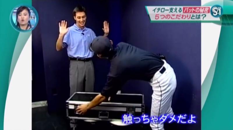 記者正要替一朗打開裝著球棒的箱子,一朗連忙阻止:「I'll do it」「Don't touch」,記者連忙高舉雙手。(圖/翻攝youtube)