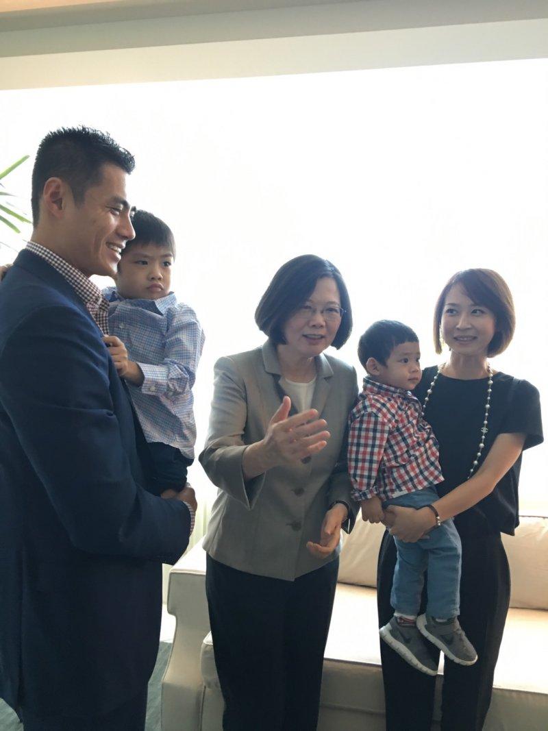 馬林魚隊投手陳偉殷在當地時間上午10時餘,帶太太、小孩一家面見蔡英文,「英殷」相見歡,蔡看到陳的小朋友,也非常開心。(與會者提供)