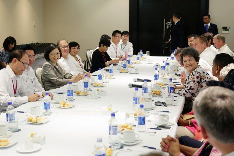 20160626-總統蔡英文在巴拿馬與美國國會議員代表團雙邊會晤。(總統府提供)