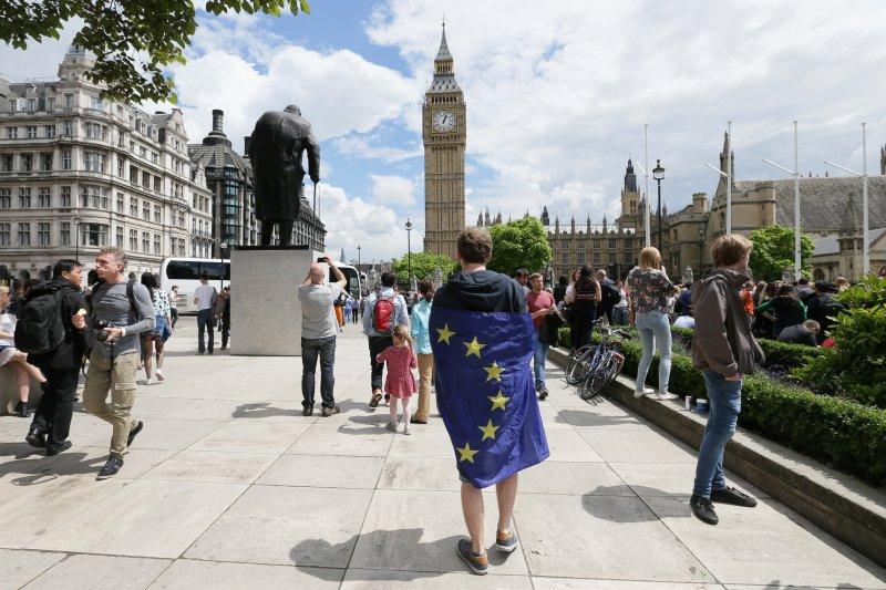 在英國脫歐公投過關後,一位支持留歐的年輕人在倫敦的國會廣場示威。(美聯社)