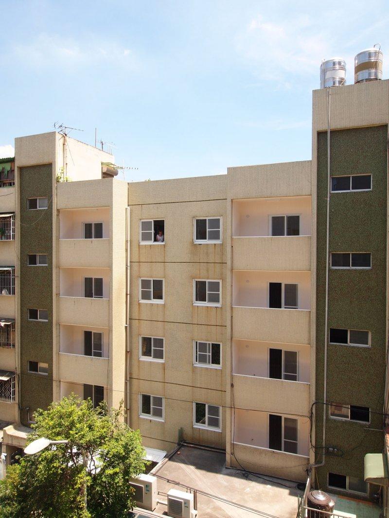 高雄市社會住宅,台電五甲社區公寓外觀修繕後照片。(高雄市都發局提供)