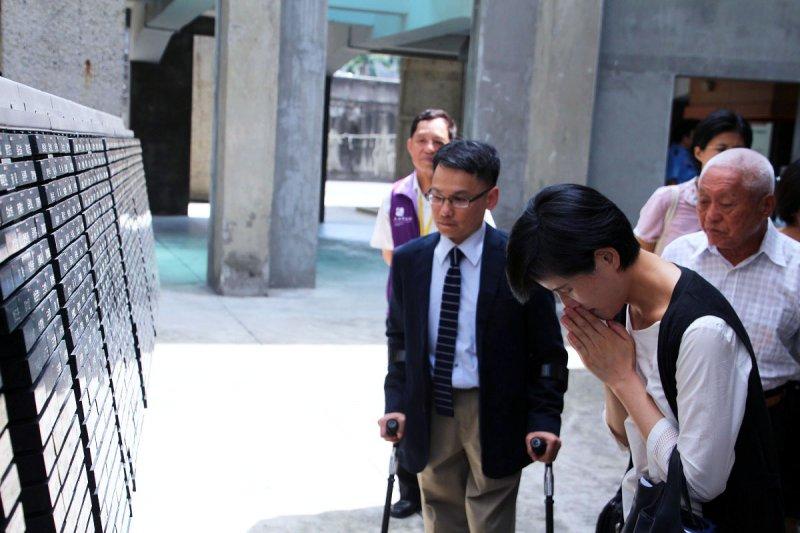 鄭麗君部長抵達人權館籌備處時首先合十悼念,向人權紀念碑上遭槍決犧牲的政治受難者致敬。(國家人權博物館籌備處提供)