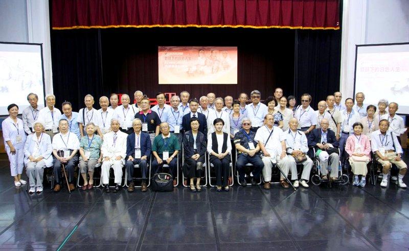文化部長鄭麗君、次長丁曉菁(前排中)與受難者長輩們合影。(國家人權博物館籌備處提供)