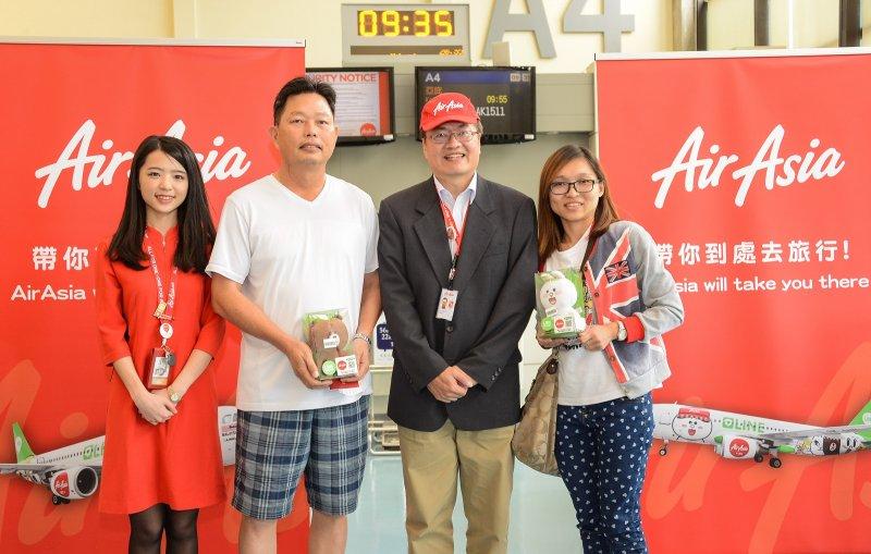 AirAsia於前往沙巴航班的登機門抽出2位幸運兒,贈送熊大、兔兔玩偶,並一齊合影留念。(圖/AirAsia提供)