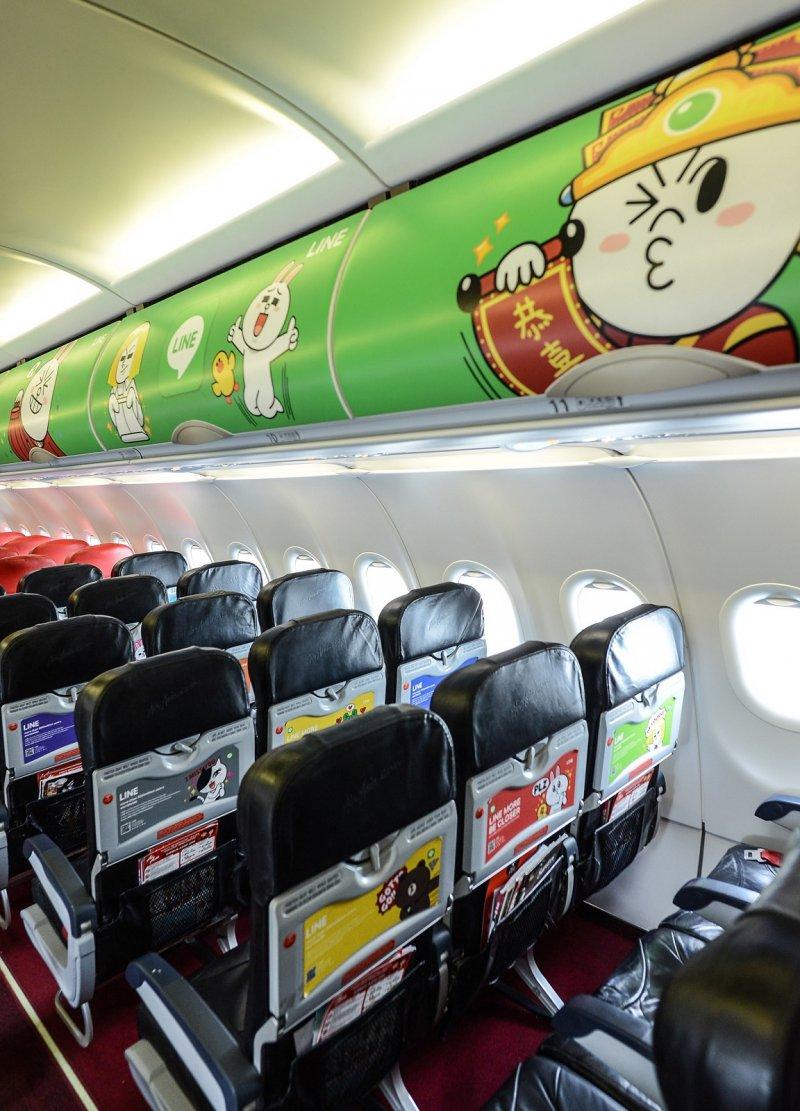 AirAsia安排旗下LINE彩繪機來台,載民眾前往沙巴享受海島風情,不僅僅是機身,連機艙內的座椅以及座位上方行李櫃,也佈滿LINE卡通明星,可愛程度破表。(圖/AirAsia提供)