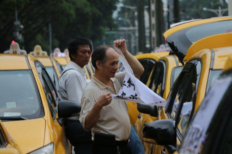 全民計程車28日下午集結於立院旁濟南路上,抗議Uber壓縮計程車司機的工作權。(甘岱民攝)