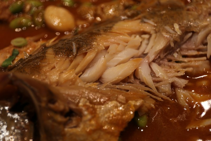 臭鱖魚的魚肉組織呈現蒜瓣的結實感。(圖/皇冠文化提供)
