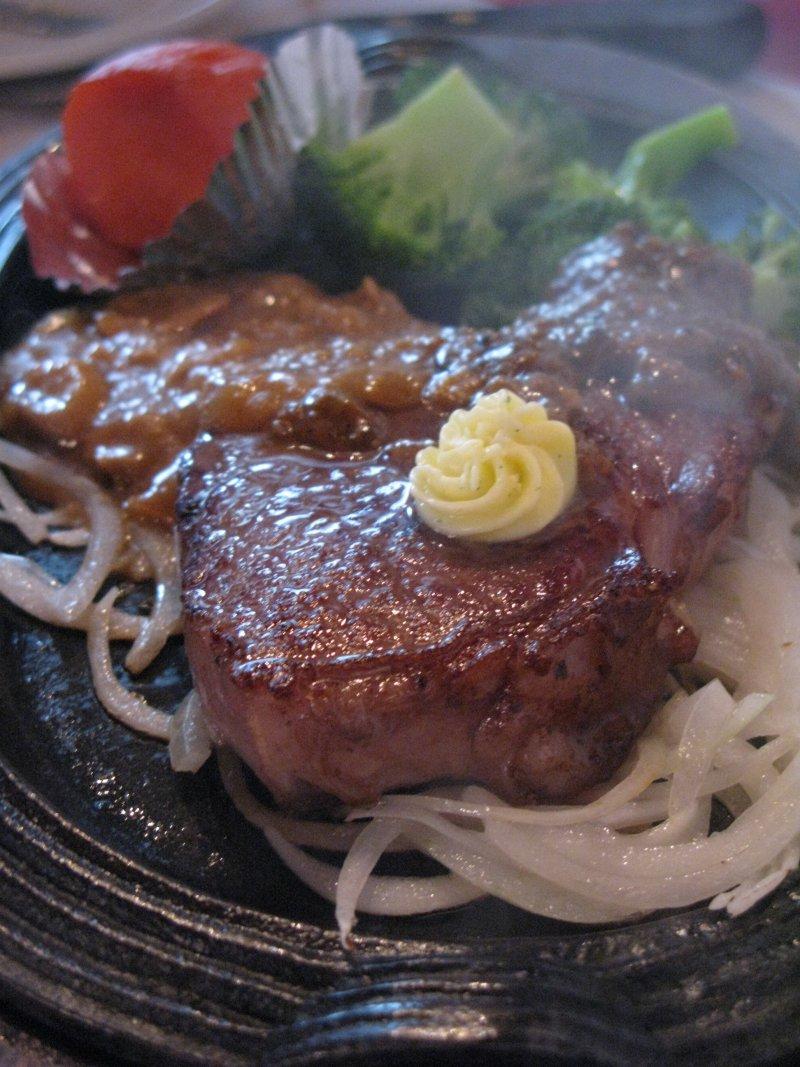 夜市等平價鐵板牛排的牛肉都泡過木瓜粉等酵素,如果沒煎熟,口感噁爛。(圖/皇冠文化提供)