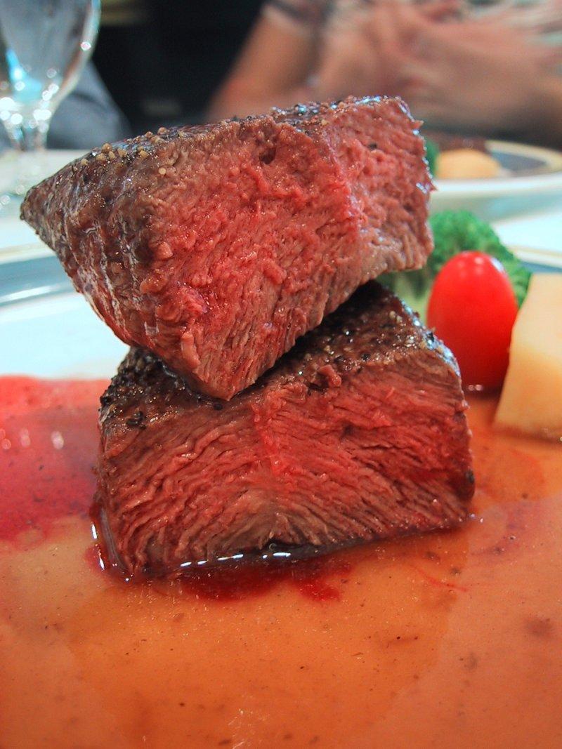 爆發王品集團重組肉事件之後,台灣重組肉的技術更加日新月異。(圖/皇冠文化提供)