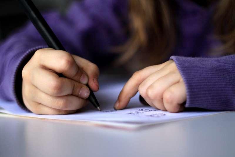 讀書,寫字,自學。(圖:dotmatchbox@flickr/CC BY-SA 2.0)