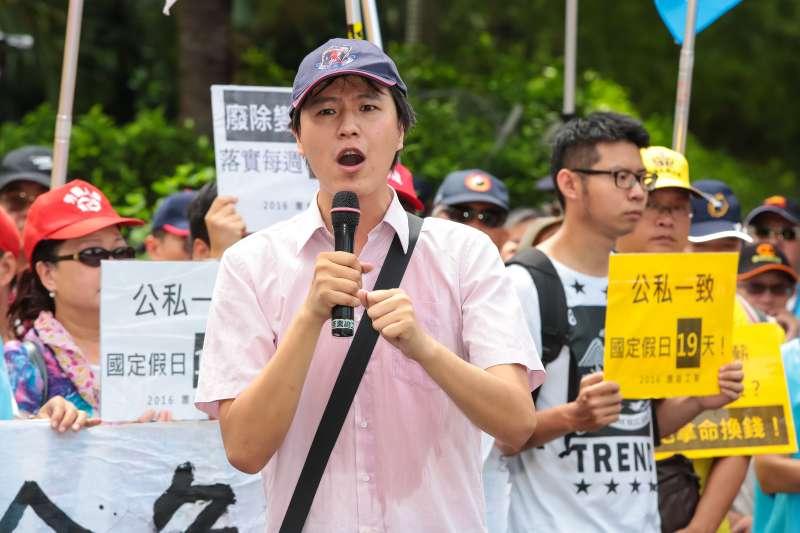 高教公會組織部主任林柏儀30日於行政院前抗議勞基法修惡行動。(顏麟宇攝)
