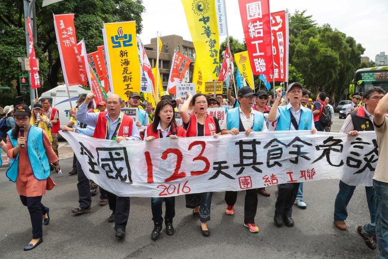 眾多勞工團體30日於行政院前抗議勞基法修惡行動。(顏麟宇攝)