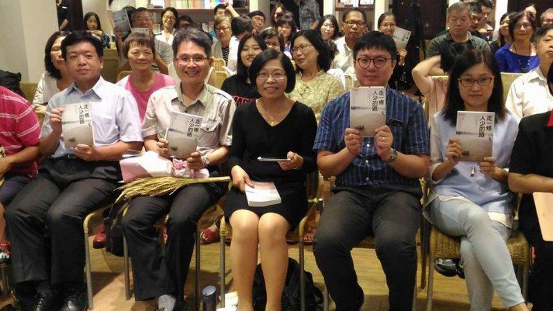 天下文化出版社在台北舉辦「走一條人少的路」簽書見面會,作者朱淑娟(中)獲得來賓熱情支持。(取自朱淑娟臉書)