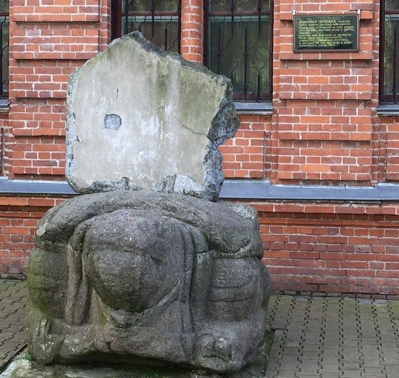 在伯力出土的東方式石碑。(陳耀昌提供)