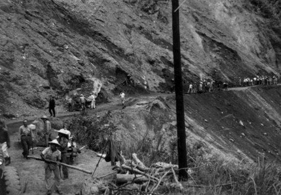 中橫公路1967年台8線路基施工情形。(取自交通部公路總局網站)