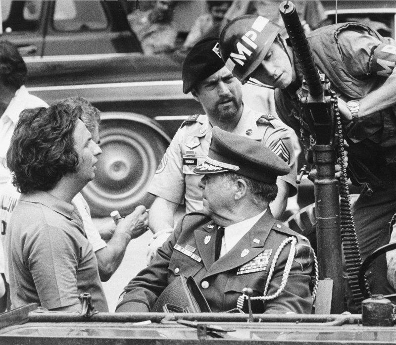 1977年9月,麥可西米諾(Michael Cimino,左)拍攝《越戰獵鹿人》(The Deer Hunter),中後方為主角勞伯狄尼洛(Robert De Niro)(美聯社)