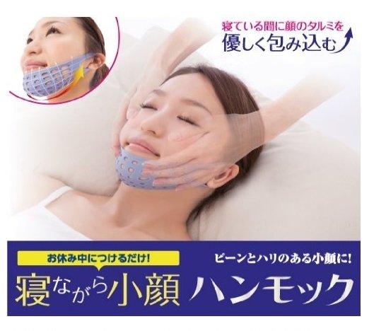 睡眠用小臉器,彷彿有人幫你拉著下巴,流口水再也不是困擾。(截圖自/Amazon 寝ながら小顔ハンモック)