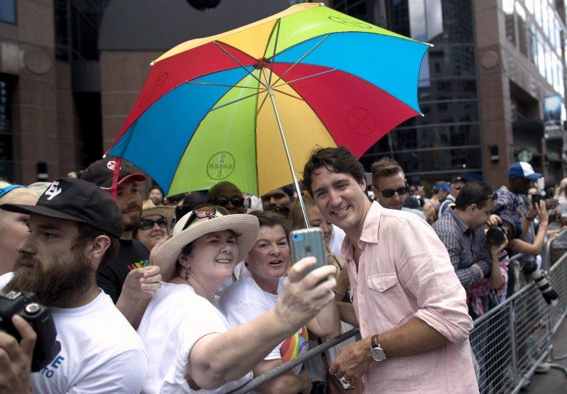 加拿大總理杜魯道(Justin Trudeau)參加多倫多同志大遊行,開心與民眾自拍。(美聯社)