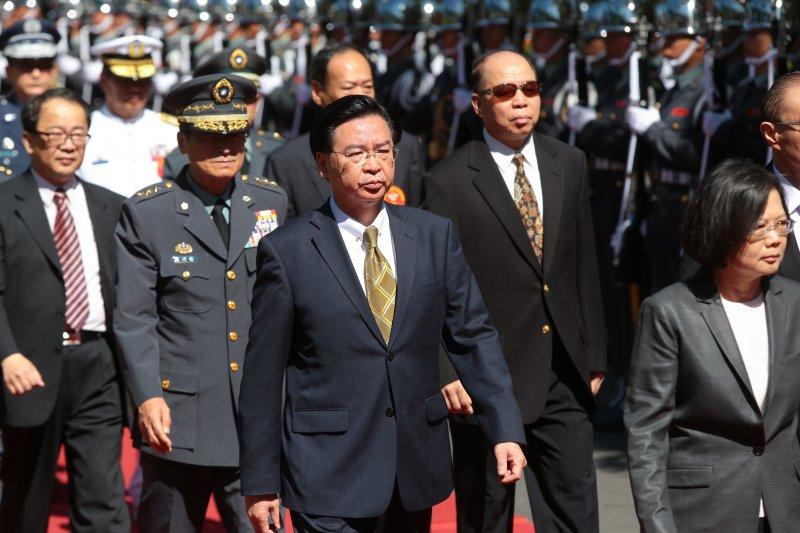 國安會秘書長吳釗燮4日陪同總統蔡英文出席三軍五校聯合畢業典禮。(顏麟宇攝)