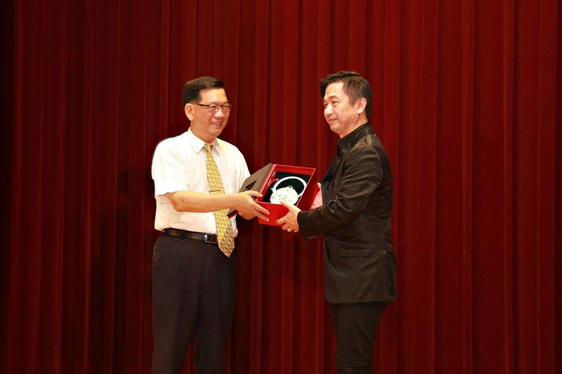TutorABC集團副總裁兼平台長黃舒駿,代表TutorABC在財政部台北國稅局接受105年度績優營業人表揚。(圖/TutorABC)
