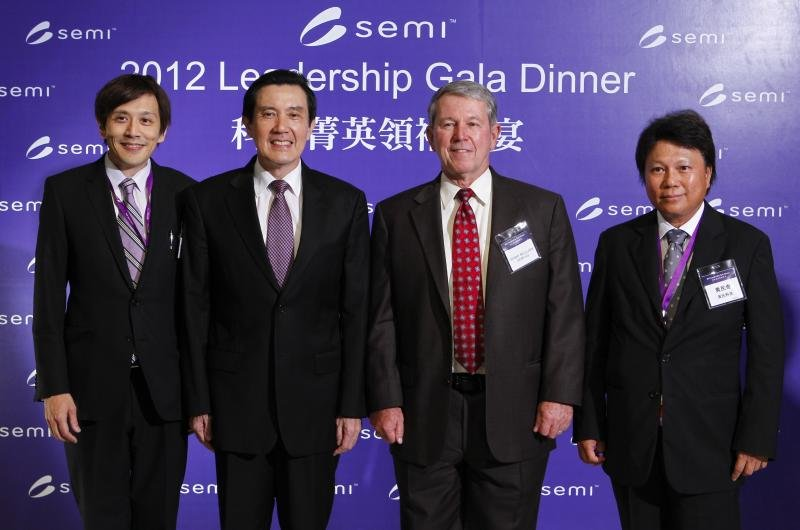 漢微科大股東漢民科技董事長黃民奇(右一)。(取自semi協會)