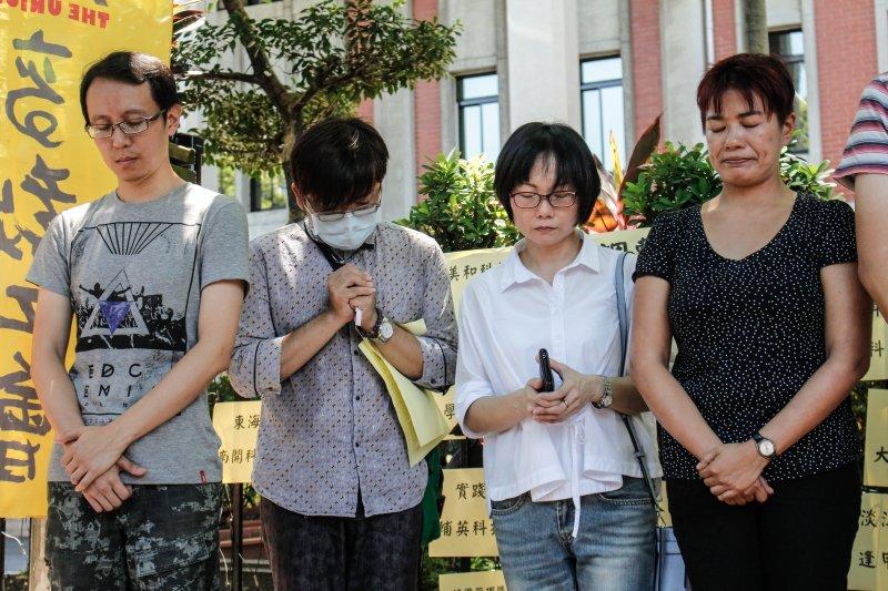 兼任教師在結束時,為台灣高教默哀一分鐘。(甘岱民攝)