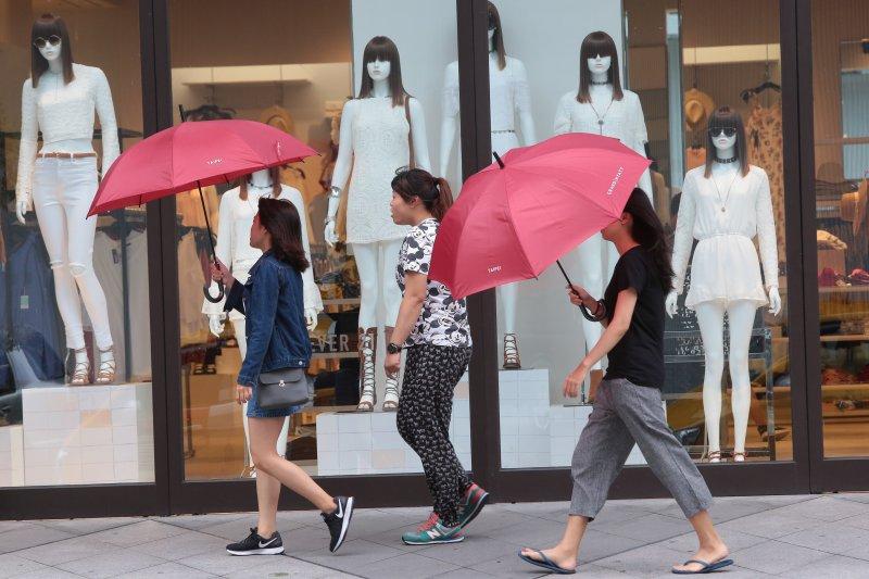 強颱尼伯特8日襲台,台北風雨漸減松壽路出現逛街民眾。(顏麟宇攝)