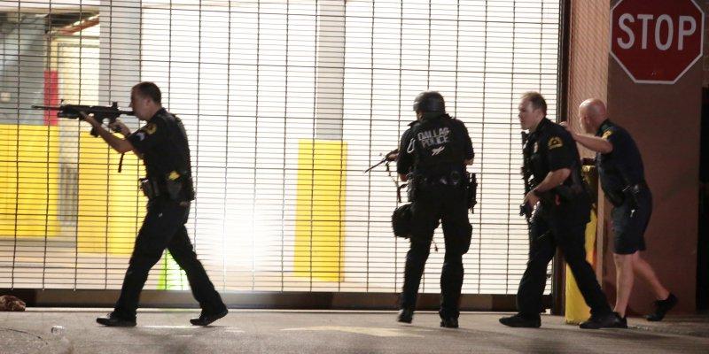 美國達拉斯7日抗議種族歧視活動,多名警員遭狙擊,死傷慘重。(美聯社)