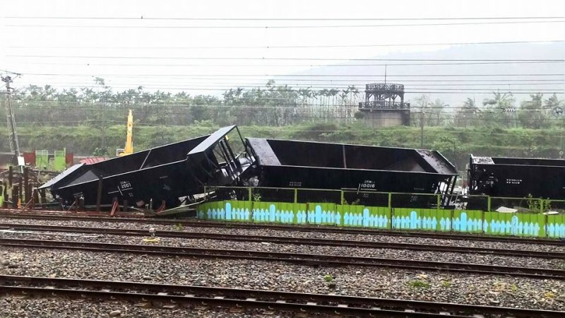 H4R尼伯特重創台東,圖為台東火車翻覆照片。(取自FUN台鐵).JPG