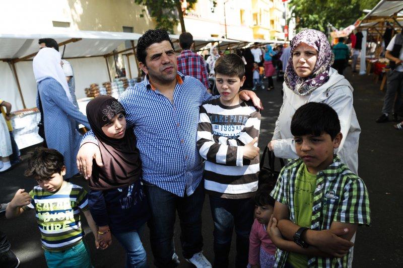 正在等待德國發下庇護的敘利亞難民一家,前往市場採買開齋節食品。(美聯社)