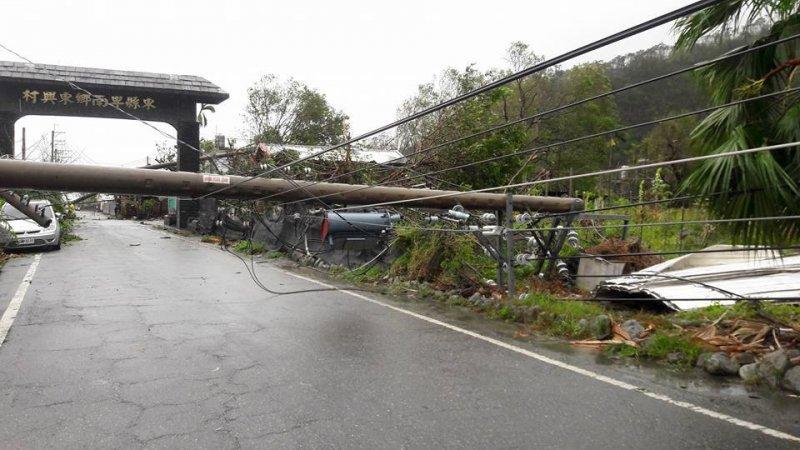 台東縣路旁電線桿不敵強風,應聲倒下。(取自黃建彰臉書)