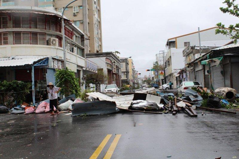 台東縣遭強颱重創,招牌、鐵皮屋簷都被吹落。(取自黃建彰臉書)