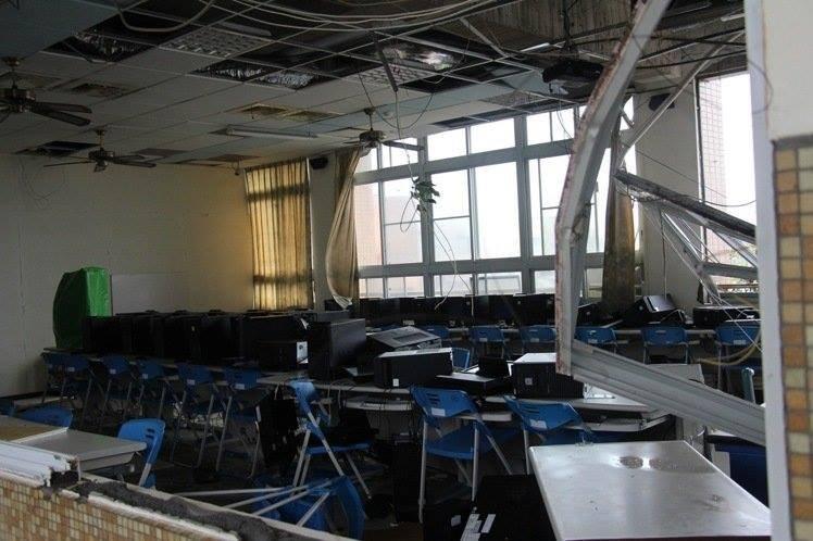 學校電腦教室窗戶遭吹破,室內遭強風豪雨摧殘。(取自黃建彰臉書)