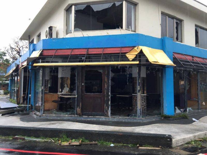 台東民宅經不起17級強陣風,窗戶玻璃皆破碎,情況慘烈。(取自黃建彰臉書)