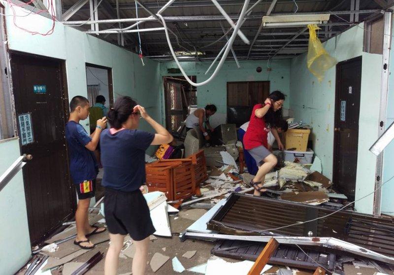 遭強風暴雨灌入的屋內一片狼藉。(取自瑪拉歐斯臉書)
