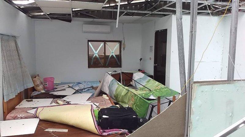 天花板掀起,屋內雜物遭灌入的風雨吹飛。(取自蘭恩傳媒網)