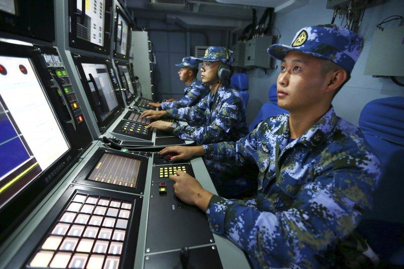 中國人民解放軍海軍南海軍演,飛彈驅逐艦「合肥艦」官兵尋找目標(美聯社)