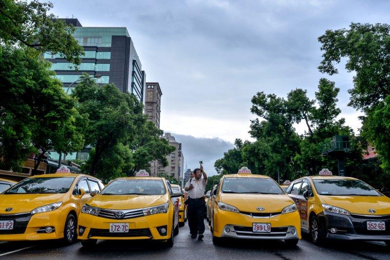 2016-07-11-計程車停滿濟南路-抗議Uber違法03-甘岱民攝