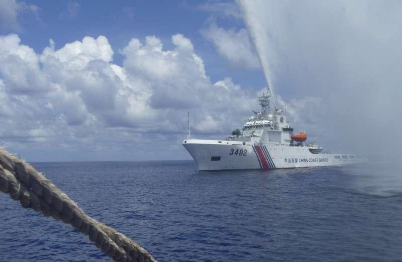 中國海警以水砲驅離靠近黃岩島的菲國船艦。(美聯社資料照)