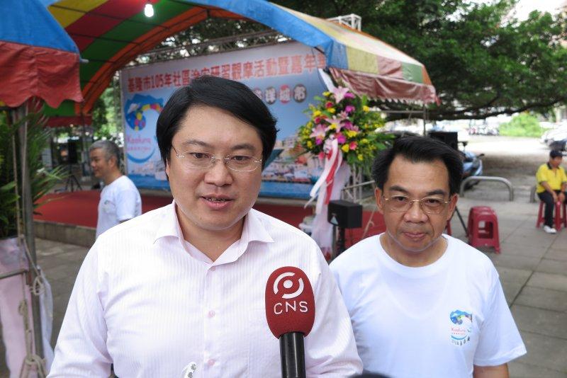基隆市警察局局長楊源明(右)將升至警政署主任秘書,對此市長林右昌(左)表示肯定。(基隆市政府提供)