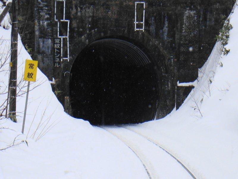川端康成說:「穿過隧道後,來到了雪國。」,但是當穿過的是由人骨搭建起來的常紋隧道,你還會期待雪國風光嗎?(圖/@wikipedia)